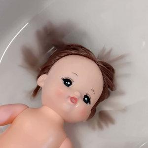 メルちゃん 髪の毛を柔軟剤に浸している写真